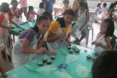 children-are-taught-to-bake-cakes-and-cupcakes-and-design-it